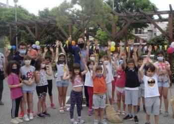 Ο δήμαρχος Καλαμαριάς με παιδιά που αγαπούν να παίζουν στο πάρκο (φωτ.: Δήμος Καλαμαριάς)
