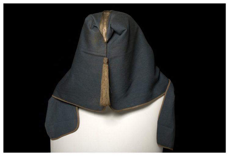 Το πασλούκ του Ισαάκ Τουζτσόγλου με τις κηλίδες αίματός του ακόμα εμφανείς στο ιερό αυτό κειμήλιο του Μουσείου Ποντιακού Ελληνισμού της Επιτροπής ΠοντιακώνΜελετών (σημ.: Απαγορεύεται η αναδημοσίευση της φωτογραφίας χωρίς την έγγραφη άδεια της ΕΠΜ)