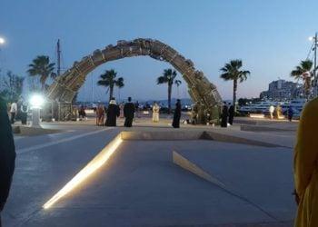 Άποψη του μνημείου «Πυρρίχιο Πεταγμα», απόψε το βράδυ, στον Πειραιά