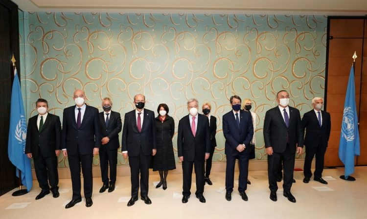 Στην πρώτη σειρά από αριστερά οι Νίκος Δένδιας, Ερσίν Τατάρ, Αντόνιο Γκουτέρες, Νίκος Αναστασιάδης και Μεβλούτ Τσαβούσογλου. Ποζάρουν για την αναμνηστική φωτογραφία μετά το τέλος της άτυπης Πενταμερούς για το Κυπριακό, στη Γενεύη (φωτ.: EPA / CHARIS AKRIVIADIS / GREEK FOREIGN MINISTRY / HANDOUT)