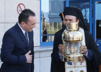 Η άφιξη του φωτός πέρσι, στις 18 Απριλίου 2020 (φωτ.: ΑΠΕ-ΜΠΕ/ Αρχιεπισκοπή Αθηνών/ Χρήστος Μπόνης)