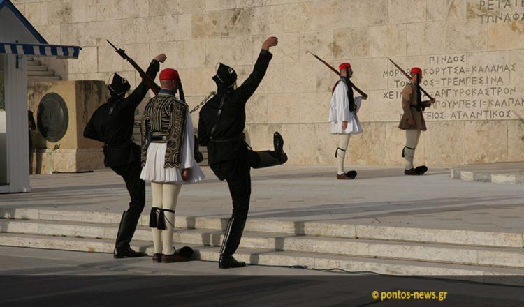 Στιγμιότυπο από την αλλαγή φρουράς το 2020 (φωτ.: Κώστας Κατσίγιαννης)