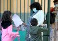 Μαθητές φθάνουν σε  δημοτικό σχολείο στο κέντρο της Αθήνας (Φωτ.: ΑΠΕ-ΜΠΕ/Παντελής Σαίτας)