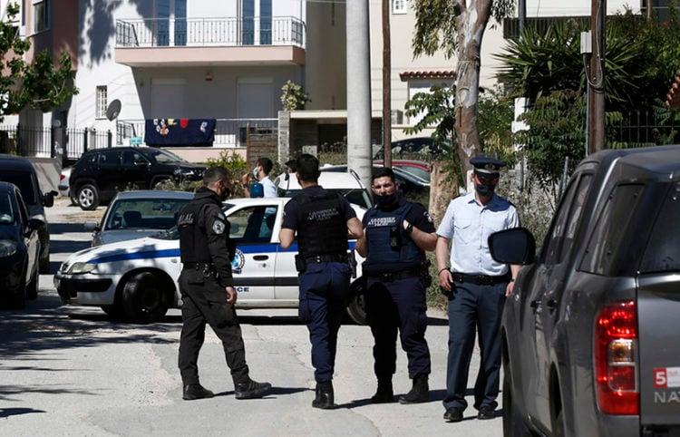 Αστυνομικοί έξω από τη μεζονέτα της οικογένειας στα Γλυκά Νερά (φωτ.: ΑΠΕ-ΜΠΕ / Γιάννης Κολεσίδης)