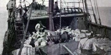Η μοναδική φωτογραφία από το κατάστρωμα του «Bandirma», του πλοίου που μετέφερε τον Μουσταφά Κεμάλ από την Κωνσταντινούπολη στη Σαμψούντα τον Μάιο του 1919