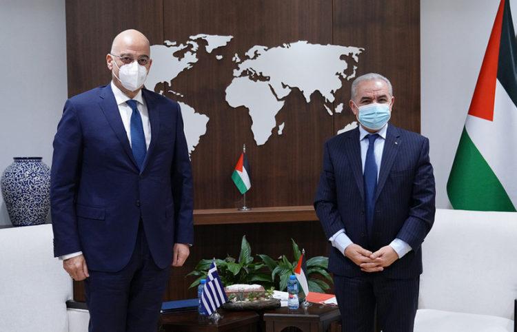 Ο υπουργός Εξωτερικών Νίκος Δένδιας με τον πρωθυπουργό της Παλαιστίνης Μοχάμαντ Σταγιέχ (φωτ.: υπουργείο Εξωτερικών / Χάρης Ακριβιάδης)