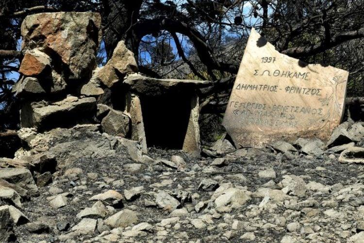 Αποκαΐδια από την πυρκαγιά στην περιοχή των Γερανείων κοντά στον Σχίνο Λουτρακίου (φωτ.: ΑΠΕ-ΜΠΕ / Βασίλης Ψωμάς)