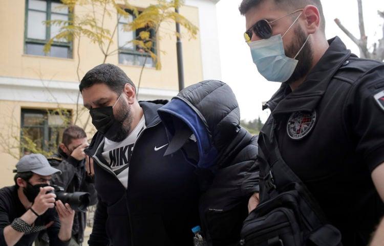 Ο Μένιος Φουρθιώτης οδηγείται στον εισαγγελέα (φωτ.: ΑΠΕ-ΜΠΕ / Κώστας Τσιρώνης)