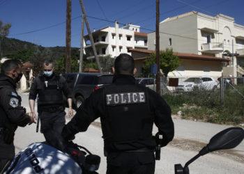 Αστυνομικοί ερευνούν το σπίτι του εγκλήματος την  Τρίτη 11 Μαΐου 2021 (φωτ.: ΑΠΕ-ΜΠΕ/ Γιάννης Κολεσίδης)