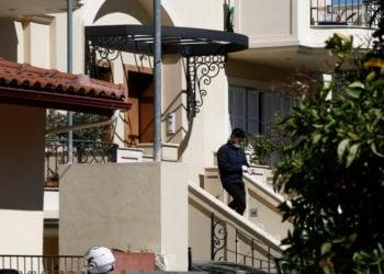 Αστυνομικοί ερευνούν το σπίτι στα Γλυκά Νερά (φωτ.: ΑΠΕ-ΜΠΕ/ Γιάννης Κολεσίδης)