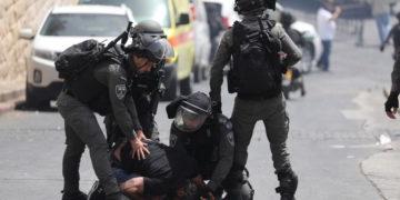 Η ισραηλινή αστυνομία συλλαμβάνει Παλαιστίνιο κατά τη διάρκεια επεισοδίων (φωτ.: ΑΠΕ-ΜΠΕ/ EPA/ Abir Sultan)