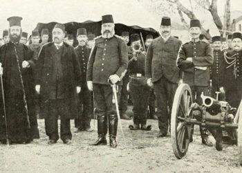 Ο Γερμανός Καραβαγγέλης ανάμεσα σε Τούρκους αξιωματούχους. Δεξιά του ο καϊμακάμης και δίπλα από αυτόν ο στρατιωτικός διοικητής της Καστοριάς. Πιθανώς να είναι καρτ ποστάλ της εποχής