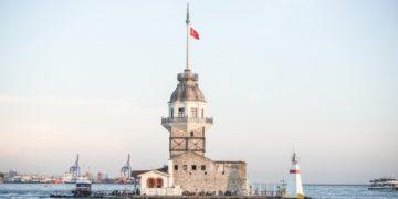 Πύργος του Λεάνδρου ή «Πύργος της Κόρης» βρίσκεται πάνω σε νησάκι στη νότια είσοδο του Βοσπόρου, 200 μέτρα από την ασιατική ακτή της Χρυσοπόλεως στην Κωνσταντινούπολη (φωτ.: pixabay.com / Herm)