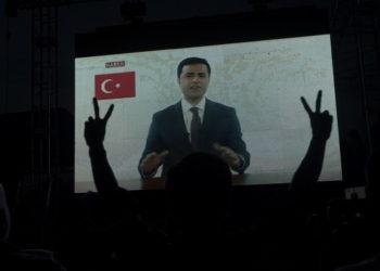 Κινήσεις υποστήριξης για τον Σελαχατίν Ντεμιρτάς το 2018 (φωτ.: EPA/ Sedat Suna)