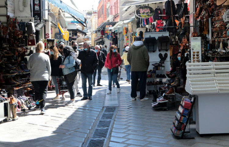 Κόσμος ψωνίζει  και κοιτάζει βιτρίνες σε καταστήματα στο Μοναστηράκι (φωτ.: ΑΠΕ-ΜΠΕ/ Παντελής Σαϊτάς)