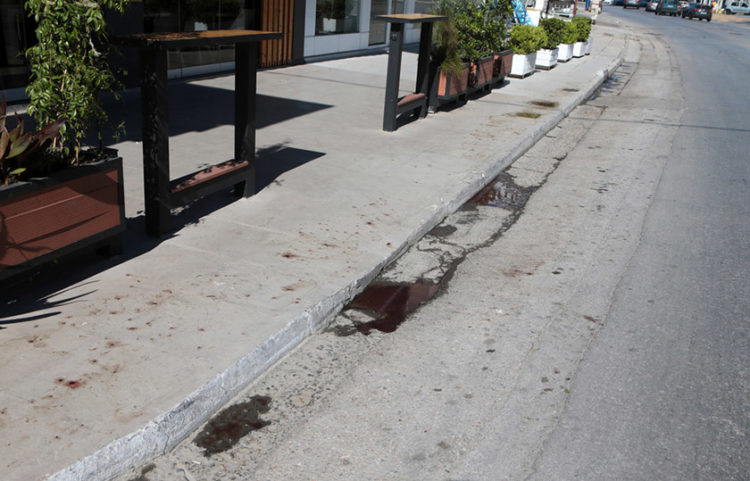 Ίχνη αίματος στο οδόστρωμα, λίγα μέτρα από το σημείο όπου δολοφονήθηκε o Μιχάλης Κ., στη Μεταμόρφωση (φωτ.: ΑΠΕ-ΜΠΕ / Σαΐτας)