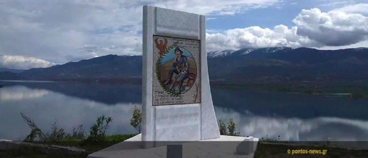 Η μαρμάρινη στήλη πάνω στην οποία αναπαριστάται ο Κοτζά Αναστάς, στη Νεράιδα Σερβίων, Κοζάνης (φωτ. Ευγενία Ρούσσου)