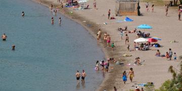 Η παραλία της Καραθώνας στην πόλη του Ναυπλίου γεμάτη από λουόμενους, Δευτέρα 3 Μαΐου 2021 (φωτ.: ΑΠΕ-ΜΠΕ/ Ευάγγελος Μπουγιώτης)