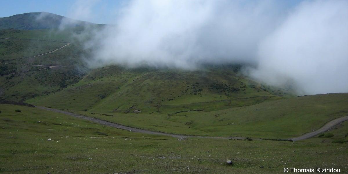 Το παρχάρι της ποντιόφωνης Τόνιας, Ντερίνομπα, τη στιγμή που κατεβαίνει η δείσα, η ομίχλη (φωτ.: Θωμαΐς Κιζιρίδου)