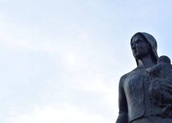 Άγαλμα της Πόντιας μάνας στο Περιστέρι