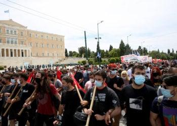 Διαδηλωτές συμμετέχουν στην πορεία που διοργάνωσε η ΑΔΕΔΥ και το Εργατικό Κέντρο Αθήνας, για τον εορτασμό της Εργατικής Πρωτομαγιάς, στο κέντρο της Αθήνας, την (φωτ.: ΑΠΕ-ΜΠΕ/ Αλέξανδρος Μπελτές)