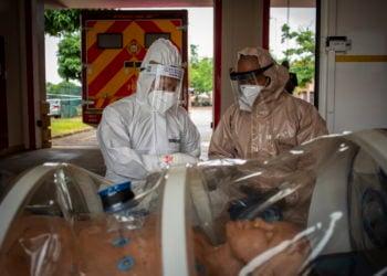 Δοκιμαστικά για περιπτώσεις Covid-19 σε νοσοκομείο της Νότιας Αφρικής (φωτ.: ΑΠΕ-ΜΠΕ/ EPA/ Kim Ludbrook)