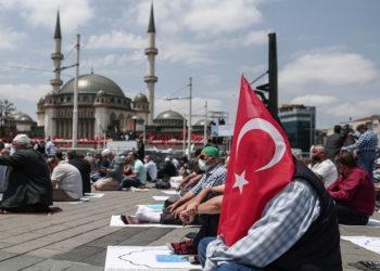 Πιστοί προσκυνούν στην Αγία Σοφία (φωτ.: EPA/ Sedat Suna)
