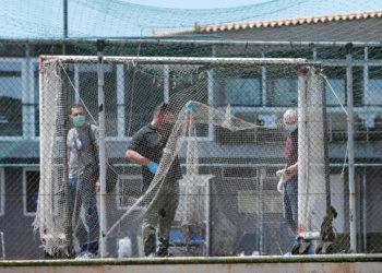 Αστυνομικοί στο σημείο που εκτελέστηκε ο Τάσος Μπερδέσης, στη Βάρη (φωτ.: ΑΠΕ-ΜΠΕ / Παντελής Σαΐτας)