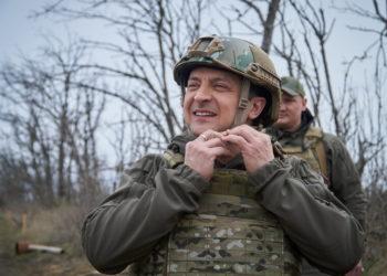 O Βολοντομίρ Ζελένσκι σε επίσκεψη του στην περιοχή των συγκρούσεων με τη Ρωσία (φωτ.: ΑΠΕ-ΜΠΕ/ EPA/ Presidential Press Service)