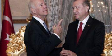 Τζο Μπαιντεν - Ταγίπ Ερντογάν κατά τη συνάντηση που είχαν στη σύνοδο του ΝΑΤΟ. (φωτ.: ΑΠΕ-ΜΠΕ)