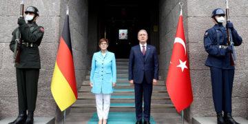 Ο Χουλουσί Ακάρ με την ομόλογό του η Άνεγκρετ Κραμπ-Καρενμπάουερ (φωτ.: Twitter / T.C. Millî Savunma Bakanı)
