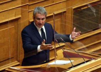 Ο βουλευτής του ΚΙΝΑΛ Ανδρέας Λοβέρδος στην Ολομέλεια της Βουλής (φωτ.: ΑΠΕ-ΜΠΕ/Αλέξανδρος Μπελτές)