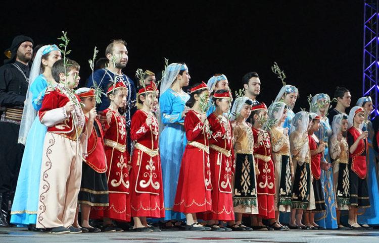 Παιδιά και ενήλικες με τις φορεσιές του Πόντου και της Αρμενίας στην εκδήλωση για τη Γενοκτονία που διοργάνωσε στους Στύλους του Ολυμπίου Διός το υπουργείο Εθνικής Άμυνας, το 2016 (φωτ.: ΥΠΕΘΑ)