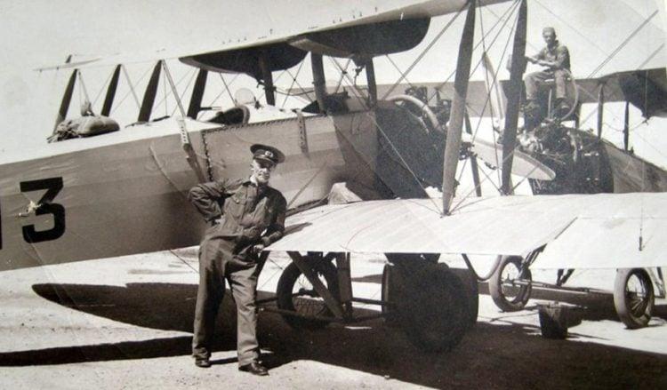 Ο επισμηναγός Δημήτριος Καμπέρος στο Τατόι, στη Σχολή της Αεροπορίας (πηγή: εφ. «Καθημερινή»)