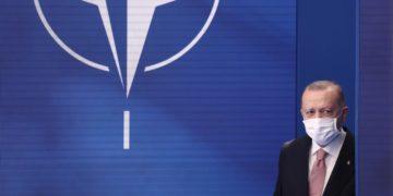 Ο Τούρκος πρόεδρος στην έδρα του NATO (φωτ.: EPA/KENZO TRIBOUILLARD / POOL)