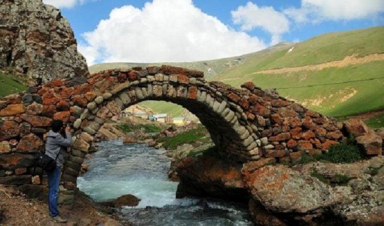 Λιθόκτιστο τοξωτό γεφύρι που χτίστηκε πριν από 557 χρόνια, στην Αργυρούπολη του Πόντου