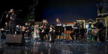 Ο Γιάννης Μιχαηλίδης και μέλη της Ορχήστρας «1919» (φωτ.: Ένωση Ποντίων Πειραιώς-Κερατσινίου-Δραπετσώνας)