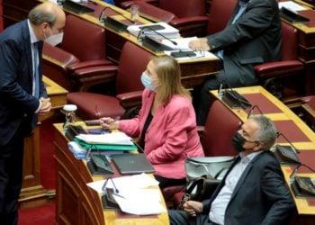 Ο υπουργός Εργασίας Κωστής Χατζηδάκης συνομιλεί με την Μαριλίζα Ξενογιαννακοπούλου και τον Πάνο Σκουρλέτη, στην αίθουσα της Ολομέλειας της Βουλής (φωτ.: ΑΠΕ-ΜΠΕ/Παντελής Σαΐτας)