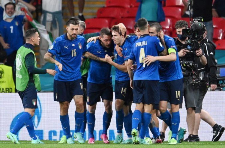 Ο Federico Chiesa της Ιταλίας πανηγυρίζει με τους συναθλητές του το 1-0 έναντι της Αυστρίας (φωτ.: EPA/Andy Rain / POOL)