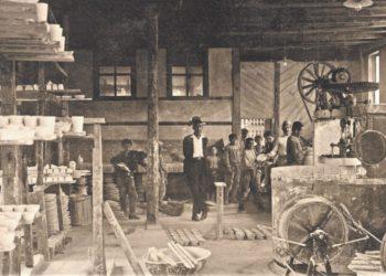 Εσωτερικό του εργαστηρίου Şark Çini. Κιουτάχεια, μέσα δεκαετίας 1920. Ιδιωτική συλλογή.