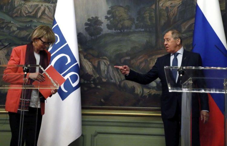 Ο Ρώσος ΥΠΕΞ Σεργκέι Λαβρόφ με τη γενική γραμματέα του ΟΑΣΕ στην Ευρώπη Χέλγκα Μαρία Σμιτ (φωτ.: EPA/YURI KOCHETKOV / POOL)