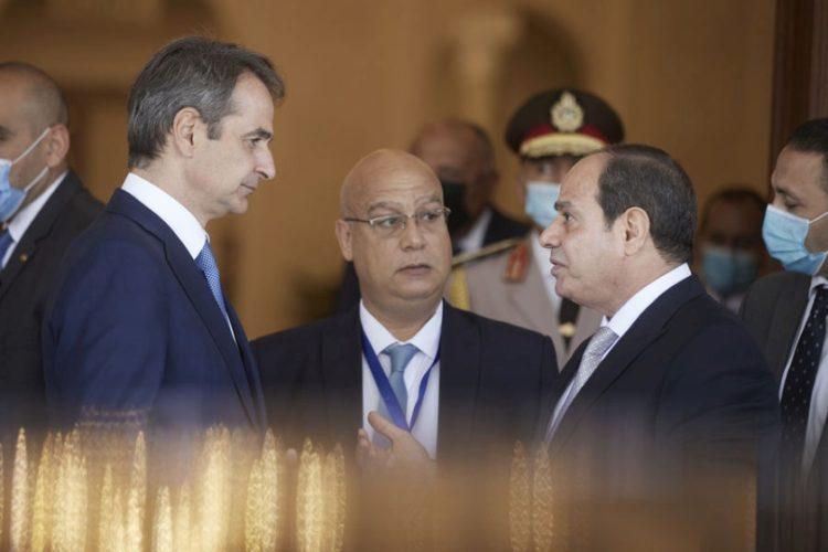 Ο πρόεδρος της Αραβικής Δημοκρατίας της Αιγύπτου Αμπντέλ Φατάχ Αλ Σίσι  συνομιλεί με τον Κυριάκο Μητσοτάκη στο Προεδρικό Μέγαρο «Al-Ittihadiya», μετά τις συνομιλίες (φωτ.: ΑΠΕ-ΜΠΕ/Γρ Τύπου Πρωθυπουργού / Δημήτρης Παπαμήτσος)