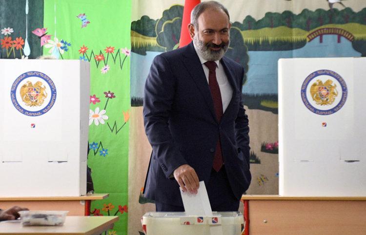 Ο Νικόλ Πασινιάν ψηφίζει σε εκλογικό κέντρο του Γερεβάν  (φωτ.: EPA / Narek Aleksanyan)