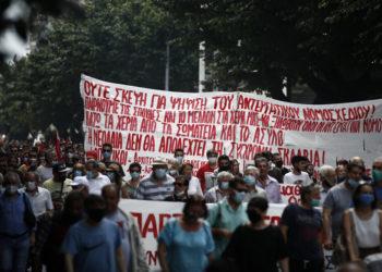 Διαδηλωτές συμμετέχουν στην πορεία διαμαρτυρίας κατά τη διάρκεια της 24ωρης πανελλαδικής απεργίας ενάντια στο νέο εργασιακό νομοσχέδιο, Θεσσαλονίκη, Πέμπτη 10 Ιουνίου 2021 (φωτ.: ΑΠΕ-ΜΠΕ/ Δημήτρης Τοσίδης)
