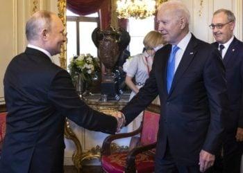 Ο Ρώσος πρόεδρος Βλαντίμιρ Πούτιν κάνει χειραψία με τον Αμερικανό ομόλογό του Τζο Μπάιντεν, υπό το βλέμμα του ομοσπονδιακού προέδρου της Ελβετίας Γκι Παρμελέν, στη Γενεύη (φωτ.: EPA/PETER KLAUNZER)
