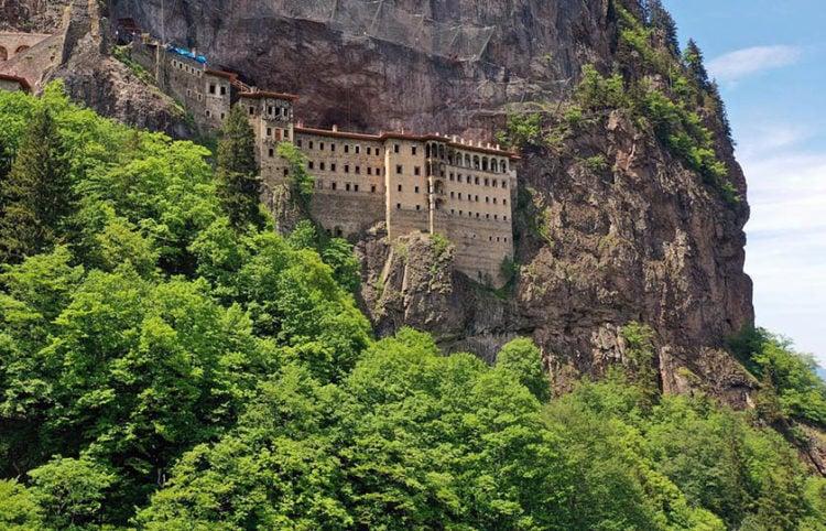Διακρίνονται τα προστατευτικά δίχτυα πάνω από τη μονή της Παναγίας Σουμελά στον Πόντο (φωτ.: Anadolu)