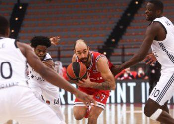 Ο Βασίλης Σπανούλης μάχεται για την μπάλα με τους παίκτες της Βιλερμπάν Ντέρικ Γουόλτον και Φολ, τον περασμένο Ιανουάριο (φωτ.: ΑΠΕ-ΜΠΕ/Γεωργία Παναγοπούλου)