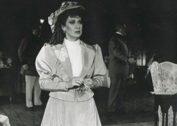 Η ηθοποιός στην παράσταση «Μαλλιά κουβάρια» (1990), στην Τρίτη Σκηνή τουΕθνικού Θεάτρου (φωτ.: nt-archive.gr)