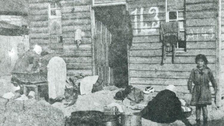 Θάλαμος προσωρινής διαμονής στα Απολυμαντήρια Καλαμαμαριάς, το 1923 (πηγή: ΙΑΠΕ, Συλλογή Οδυσσέα Λαμψίδη)