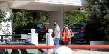 Αστυνομικοί έχουν αποκλείσει την πολυκατοικία όπου έπεσαν πυροβολισμοί στον Άλιμο, νωρίς το πρωί της Τρίτης (φωτ.: ΑΠΕ-ΜΠΕ / Παντελής Σαΐτας)